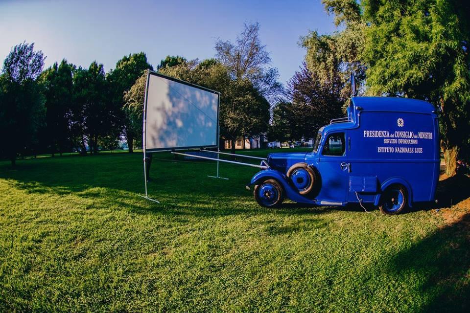 """CINEMOBILE SUMMER TOUR 2020. Il camioncino che porta il cinema """"in giro"""" per Milano"""