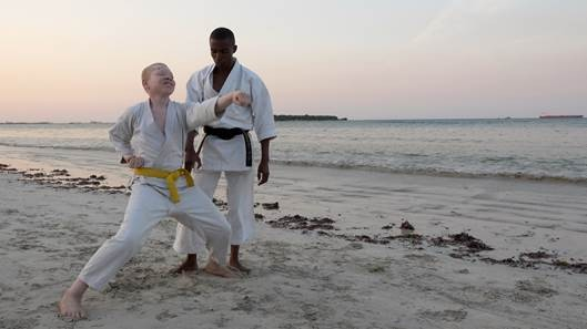 BLACK SAMURAI. Su RAI 3 il doc di Perotti su albini africani e Karate