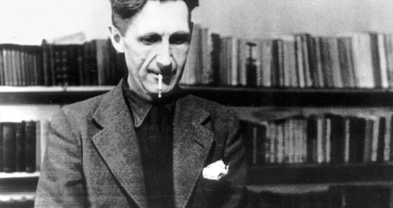 1984, il Narratore presenta l'audiolibro del classico di George Orwell